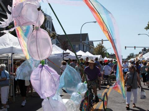 Farbenfrohes Umzugsfahrrad beim Elmwood Avenue Festival of the Arts